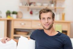 Όμορφος νεαρός άνδρας που χαλαρώνει στο σπίτι Στοκ φωτογραφία με δικαίωμα ελεύθερης χρήσης