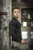 Όμορφος νεαρός άνδρας στην εγκαταλειμμένη αποθήκη εμπορευμάτων Στοκ Εικόνα