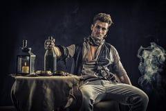 Όμορφος νεαρός άνδρας στην εξάρτηση μόδας πειρατών Στοκ εικόνα με δικαίωμα ελεύθερης χρήσης