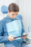 Όμορφος νεαρός άνδρας στην επίσκεψη στο οδοντικό γραφείο οδοντιατρική Στοκ Φωτογραφίες