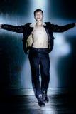 Όμορφος νεαρός άνδρας στη μαύρη τοποθέτηση σακακιών στο στούντιο Στοκ Εικόνα