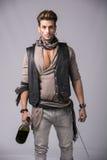 Όμορφος νεαρός άνδρας στη μόδα Outfi πειρατών στοκ εικόνες