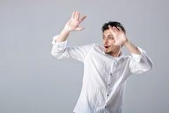 Όμορφος νεαρός άνδρας στο άσπρο πουκάμισο που χορεύει και που έχει τη διασκέδαση Στοκ εικόνες με δικαίωμα ελεύθερης χρήσης