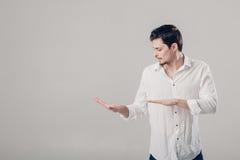 Όμορφος νεαρός άνδρας στο άσπρο πουκάμισο που χορεύει και που έχει τη διασκέδαση στο gre Στοκ Φωτογραφίες