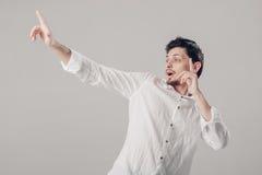 Όμορφος νεαρός άνδρας στο άσπρο πουκάμισο που χορεύει και που έχει τη διασκέδαση στο gre Στοκ εικόνα με δικαίωμα ελεύθερης χρήσης