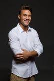 Όμορφος νεαρός άνδρας στο άσπρο πουκάμισο Στοκ εικόνες με δικαίωμα ελεύθερης χρήσης
