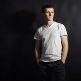 Όμορφος νεαρός άνδρας στο άσπρο πουκάμισο Στοκ Εικόνες