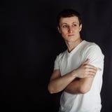 Όμορφος νεαρός άνδρας στο άσπρο πουκάμισο Στοκ Φωτογραφίες