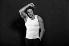 Όμορφος νεαρός άνδρας στο καπέλο, προκλητικό μυϊκό πορτρέτο τύπων Στοκ Εικόνες