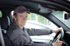 Όμορφος νεαρός άνδρας στο οδηγώντας αυτοκίνητο ροδών Στοκ Φωτογραφία
