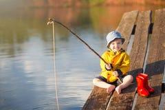 Όμορφος νεαρός που κρατά τη ράβδο αλιείας του Στοκ Εικόνα