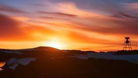 Όμορφος νεφελώδης δραματικός ουρανός με τον ήλιο που αυξάνεται επάνω απόθεμα βίντεο