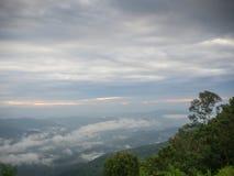 Όμορφος νεφελώδης καιρός στα βουνά, νεφελώδης και την ομίχλη στοκ φωτογραφίες με δικαίωμα ελεύθερης χρήσης