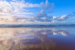 Όμορφος νεφελώδης μπλε ουρανός σκηνής που απεικονίζεται στην υγρή άμμο παραλιών Στοκ εικόνα με δικαίωμα ελεύθερης χρήσης