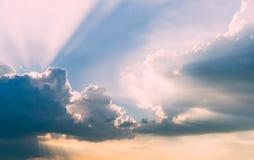 Όμορφος νεφελώδης ουρανός και λάμποντας ήλιος Στοκ φωτογραφίες με δικαίωμα ελεύθερης χρήσης