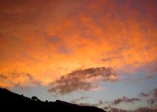 Όμορφος νεφελώδης ουρανός σε Roubas δασική Κρήτη στοκ εικόνες