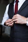 Όμορφος νεόνυμφος που ντύνει επάνω για τη γαμήλια τελετή Στοκ Φωτογραφία