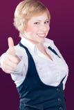 όμορφος ξανθός αντίχειρας χαμόγελου επάνω στις νεολαίες γυναικών Στοκ Εικόνες