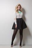Όμορφος ξανθός με μακρυμάλλη σε μια φούστα πυκνά στοκ φωτογραφία με δικαίωμα ελεύθερης χρήσης