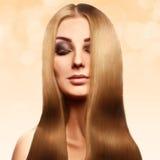 Όμορφος ξανθός με τέλειο υγιή μακρυμάλλη με το professiona Στοκ Εικόνες