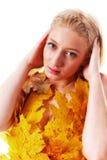 Όμορφος ξανθός με τα μπλε μάτια στο φόρεμα των φύλλων Στοκ Εικόνα