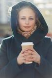 Όμορφος ξανθός με την κινηματογράφηση σε πρώτο πλάνο καφέ Στοκ εικόνα με δικαίωμα ελεύθερης χρήσης