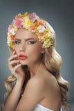Όμορφος ξανθός με την κορώνα λουλουδιών Στοκ Φωτογραφίες
