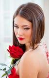 Όμορφος ξανθός με το κόκκινο αυξήθηκε Στοκ εικόνα με δικαίωμα ελεύθερης χρήσης