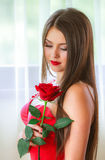 Όμορφος ξανθός με το κόκκινο αυξήθηκε Στοκ Εικόνες
