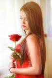 Όμορφος ξανθός με το κόκκινο αυξήθηκε Στοκ Φωτογραφία