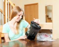 Όμορφος ξανθός με το νέο ηλεκτρικό κατασκευαστή καφέ στο σπίτι Στοκ Φωτογραφίες