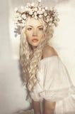 Όμορφος ξανθός με το στεφάνι των λουλουδιών Στοκ εικόνες με δικαίωμα ελεύθερης χρήσης