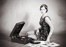 Όμορφος ξανθός με gramophone Στοκ Εικόνα