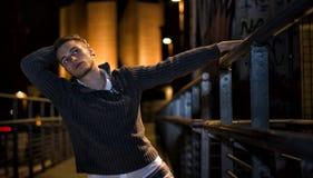 Όμορφος ξανθός νεαρός άνδρας μόνο στην αστική ρύθμιση Στοκ Φωτογραφίες