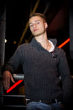 Όμορφος ξανθός νεαρός άνδρας μόνο στην αστική ρύθμιση Στοκ Φωτογραφία