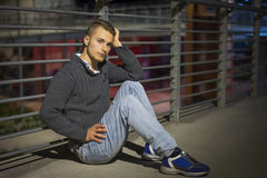 Όμορφος ξανθός νεαρός άνδρας μόνο στην αστική ρύθμιση Στοκ φωτογραφία με δικαίωμα ελεύθερης χρήσης