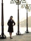 όμορφος ξανθός περίπατος στοκ φωτογραφία με δικαίωμα ελεύθερης χρήσης