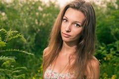 Όμορφος ξανθός σε έναν τομέα Στοκ εικόνα με δικαίωμα ελεύθερης χρήσης