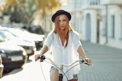 Όμορφος ξανθός σε ένα ποδήλατο Στοκ φωτογραφία με δικαίωμα ελεύθερης χρήσης