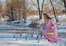 Όμορφος ξανθός σε ένα ρόδινο φόρεμα υπαίθρια το χειμώνα Στοκ Εικόνα