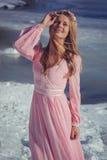 Όμορφος ξανθός σε ένα ρόδινο φόρεμα υπαίθρια το χειμώνα Στοκ εικόνα με δικαίωμα ελεύθερης χρήσης