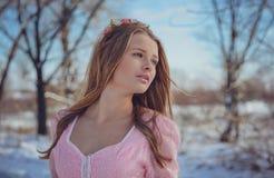 Όμορφος ξανθός σε ένα ρόδινο φόρεμα υπαίθρια το χειμώνα Στοκ Εικόνες