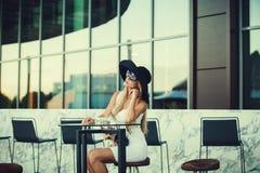 Όμορφος ξανθός στον καφέ Στοκ Εικόνες