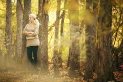 Όμορφος ξανθός στο δάσος φθινοπώρου Στοκ Φωτογραφία