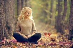Όμορφος ξανθός στο δάσος φθινοπώρου Στοκ εικόνες με δικαίωμα ελεύθερης χρήσης