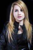 Όμορφος ξανθός στο μαύρο σακάκι δέρματος στοκ εικόνα με δικαίωμα ελεύθερης χρήσης