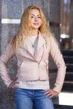 Όμορφος ξανθός υπαίθρια την άνοιξη Στοκ εικόνες με δικαίωμα ελεύθερης χρήσης