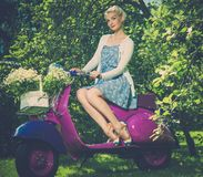 Όμορφος ξανθός υπαίθρια Στοκ φωτογραφίες με δικαίωμα ελεύθερης χρήσης
