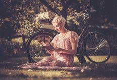 Όμορφος ξανθός υπαίθρια Στοκ εικόνα με δικαίωμα ελεύθερης χρήσης