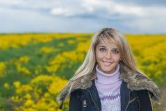 Όμορφος ξανθός υπαίθρια Στοκ φωτογραφία με δικαίωμα ελεύθερης χρήσης